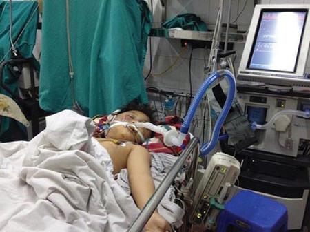 Một đứa bé bị bố đánh bằng điếu cày vào đầu, đã chết trong bệnh viện