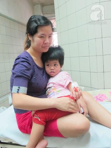 Chị Thái đang chăm sóc bé lớn bị sởi tại khoa Nhi - bệnh viện Bạch Mai.