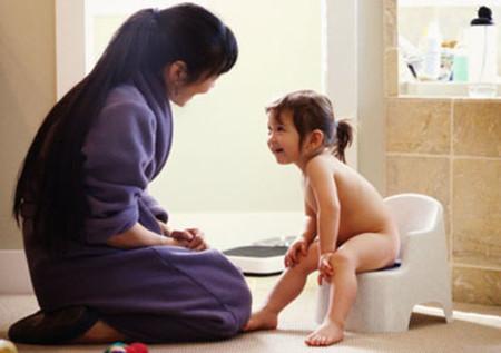 Khi bé có thể đi vệ sinh ở bô thì bạn cũng hãy dành những lời khen để bé có động lực.