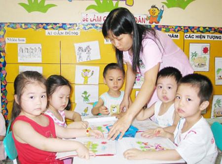 Nhiều phụ huynh cho rằng việc dạy ngoại ngữ là cần thiết đối với sự phát triển của bé