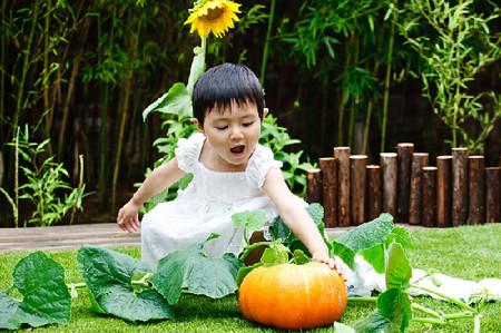 Cùng con trồng cây ăn trái là cách dạy bé yêu thiên nhiên hiệu quả nhất.
