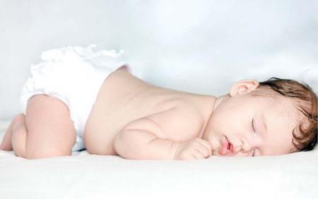 Nằm sấp dễ khiến bé bị ngạt thở.