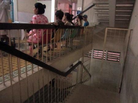 """Tại khoa hậu sản của bệnh viện Từ Dũ có cổng sắt người ra vào đều được bảo vệ tại cổng này kiểm tra nhưng chiều ngày 20/3 cổng này không có bảo vệ, người ra vào tự do như """"đi chợ""""."""
