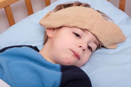 Khi trẻ bị sốt cần tư vấn bác sĩ để hạ sốt cho trẻ.