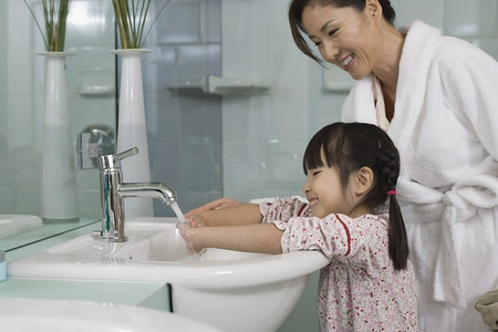 Tạo cho trẻ thói quen rửa tay với xà phòng diệt khuẩn.