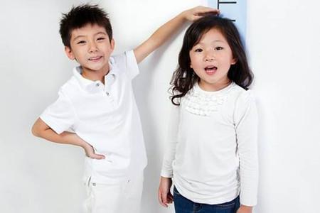 So sánh chiều cao của trẻ với trẻ cùng độ tuổi là cách để đánh giá chiều cao của trẻ