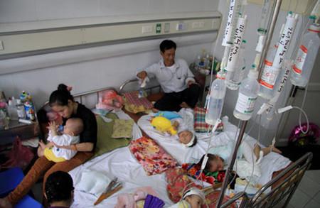 Khoa Truyền nhiễm – Bệnh viện Nhi Trung Ương luôn trong tình trạng quá tải, do số lượng bệnh nhi mắc sởi cao kỷ lục