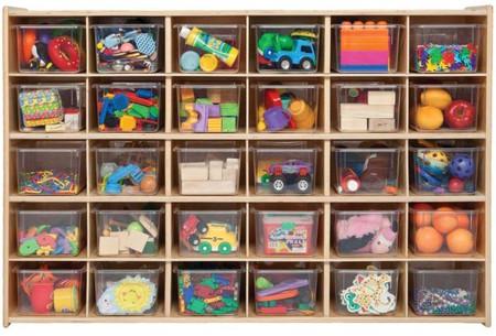 Tủ nhiều ngăn và hộp nhựa rất dễ cất gọn cũng như lầy đồ.