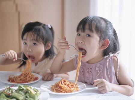 Ước lượng chính xác khẩu phần ăn, tránh nhồi nhét là cách mẹ giúp con không biếng ăn