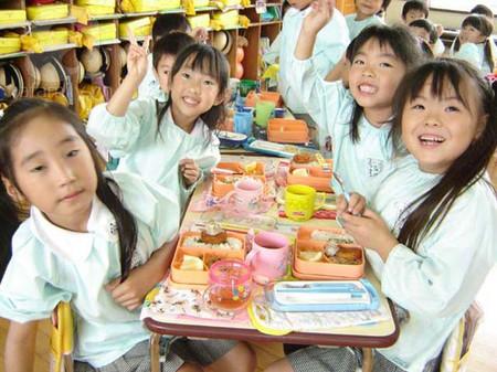 Trẻ con Nhật được dạy cảm ơn cha mẹ, thầy cô... những người đã phải lao động để mang đến cho mình một bữa ăn ngon miệng.