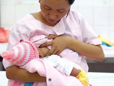 Dù ai cũng rõ tính ưu việt của sữa mẹ, việc tiếp tục cho con dùng sữa mẹ thế nào khi mẹ phải đi làm thì không phải ai cũng biết.