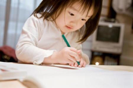 Ép trẻ thuận tay trái dùng tay phải sẽ để lại nhiều hậu quả khó lường.