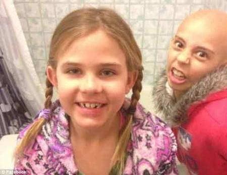 Bé Kamryn trước khi cắt đi mái tóc vì muốn động viên cô bạn mắc ung thư.