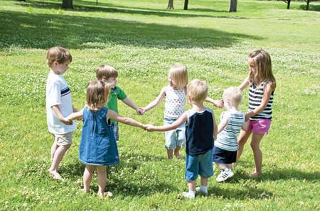 Để trẻ thấy hạnh phúc khi biết quan tâm và chia sẻ với mọi người
