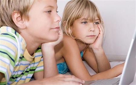 Thậm chí cả việc cho trẻ dùng điện thoai, Ipad, laptop quá nhiều cũng không nên.