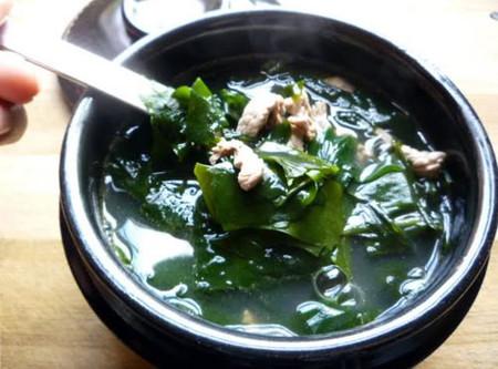 Canh rong biển là món ăn mà hầu hết sản phụ Hàn Quốc đều không bỏ qua.