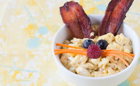 Thịt xông khói làm tai thỏ; trứng, quả mâm xôi, cà rốt thái chỉ.