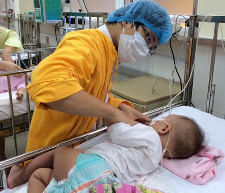 Tại các bệnh viện tuyến Trung ương, vẫn còn nhiều trẻ viêm phổi biến chứng sau sởi nặng phải thở oxy, thở máy đe dọa tính mạng.