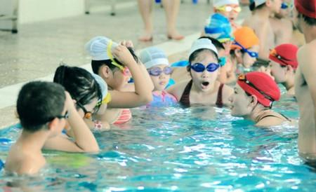 Khi cho con đi bơi vào mùa hè cần chọn bể bơi có độ sâu phù hợp, nước sạch,...