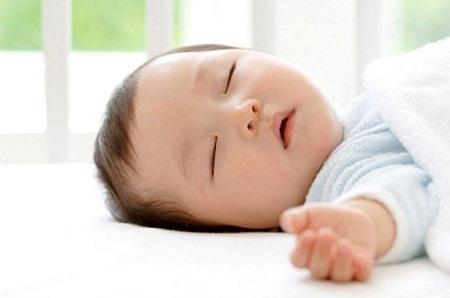 Ngủ trưa là một hoạt động cần thiết cho cơ thể, và trẻ sơ sinh lại càng cần ngủ đủ giấc.