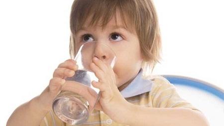 Thời tiết nắng nóng nên cho trẻ uống nhiều nước.