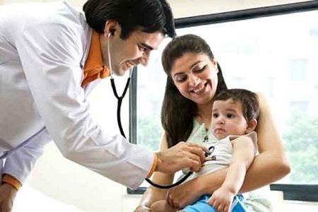 Thăm khám sức khỏe định kỳ giúp bố mẹ kiểm soát nguy cơ gây bệnh cho bé.